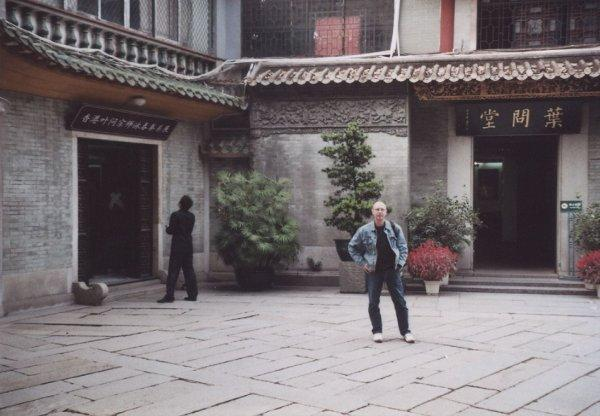 2009 Fatshan Sifu Stauner am Eingang Yip Man Museum