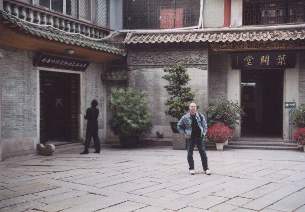 2009 Fatshan Sifu Stauner am Eingang Yip Man Museum
